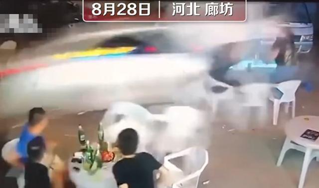 轿车高速冲过夜市,一桌3人被撞飞,监控拍下恐怖一幕www.smxdc.net