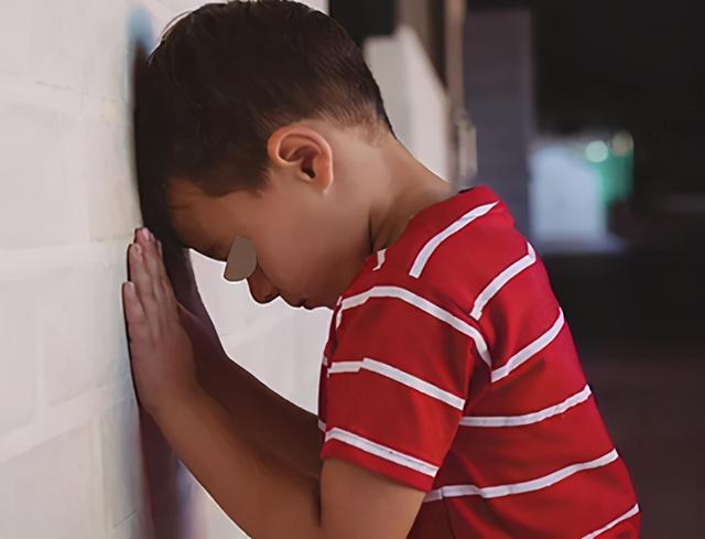 孩子变自卑,原生家庭是主因,家长采取这些方法,纠正他的自卑心