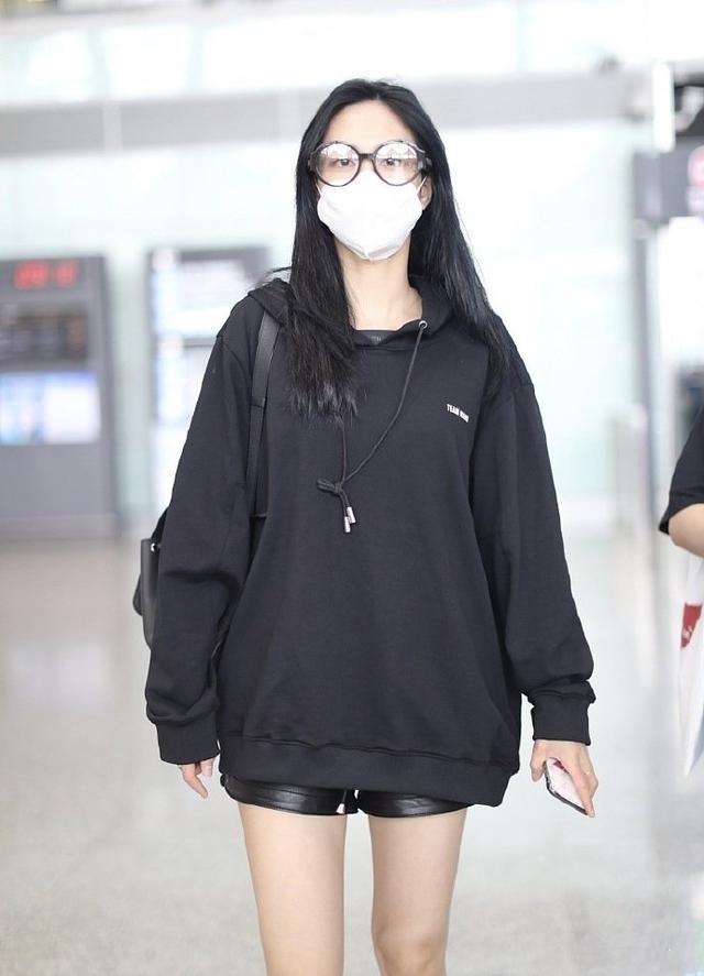 让李沁、赵丽颖爱不释手的单品,一件卫衣轻松get今年流行趋势-第1张