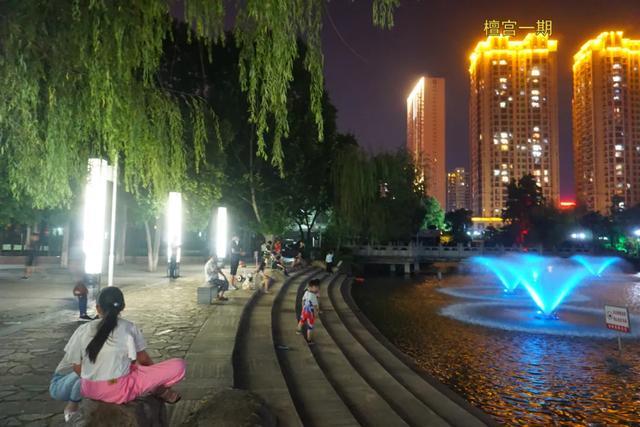 「游园夜景醉游人」晚上8点以后的工人文化宫,美爆了插图29