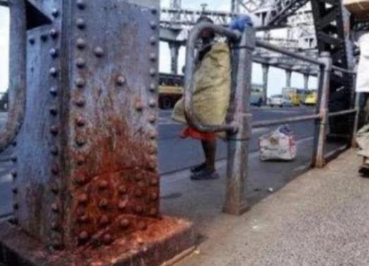 印度人口水真猛,一座宏伟的钢铁大桥,差点被他们的口水吐成危桥-第2张