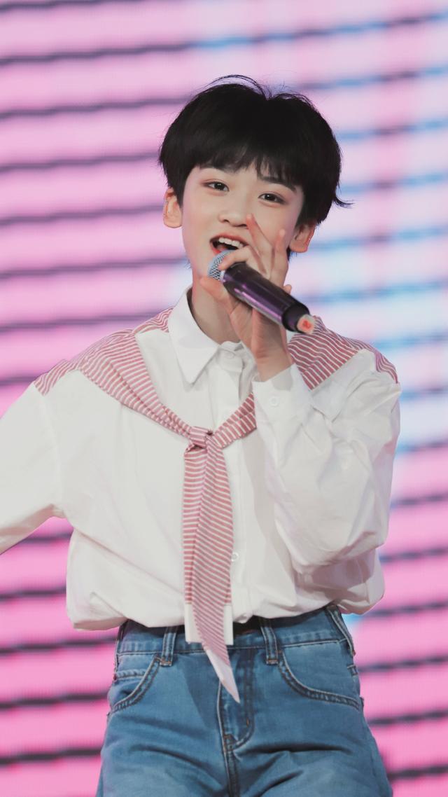 时代峰峻邓佳鑫太会穿了,每一套衣服都超心动,满满的少年感-第4张