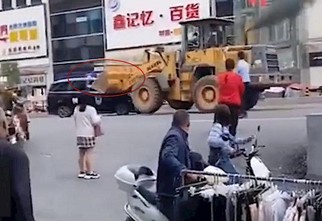 河南一男子开铲车砸特警车辆,警方回应:此事在处理,细节无可奉告【www.smxdc.net】 全球新闻风头榜 第2张