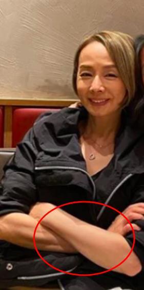 影后毛舜筠61岁生日晒照,素颜皮肤紧致无皱纹,与女儿似姐妹 全球新闻风头榜 第2张