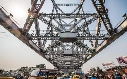 印度人口水真猛,一座宏伟的钢铁大桥,差点被他们的口水吐成危桥-第4张