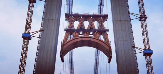 """湖北宜昌:7个""""水滴""""400吨重,伍家岗长江大桥钢桁架升空"""