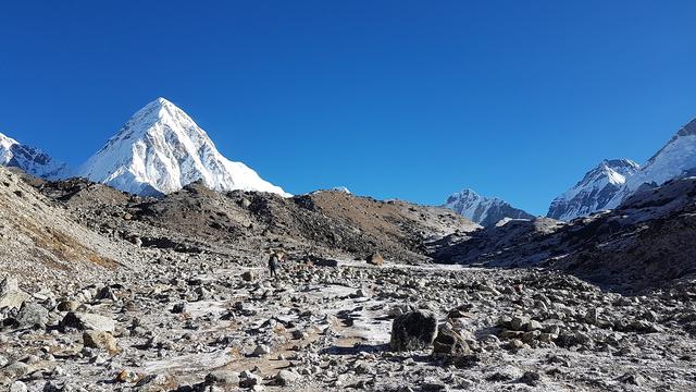 珠穆朗玛峰也发现了不应该存在的东西,污染原因可能是登山装备