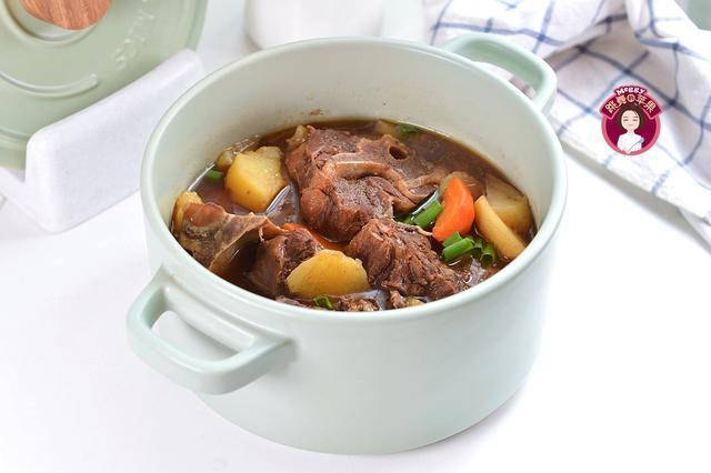 夏天这么做菜真带劲,没油烟真省心,材料扔进锅,肉烂汤浓还有菜