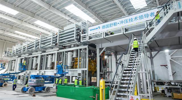 """揭秘恒大汽车基地:机器人""""上岗""""、1分钟造1辆车-新经济"""