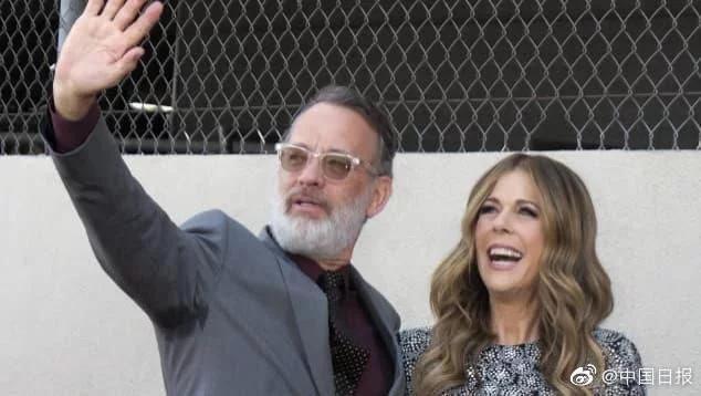 美国影星汤姆汉克斯加入希腊籍与妻子手持希腊护照分享转变身份