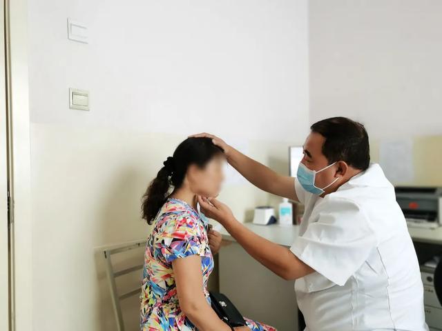 西安高新医院多科室开展院内外义诊、讲座等送健康活动