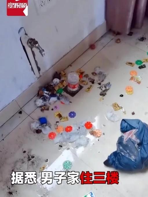 台风过后男子家中下水道喷垃圾 台风过境城市设施等损毁严重