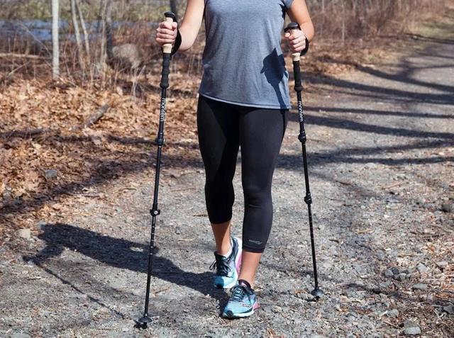 爬山使用登山杖小知识,双杖行走一起用
