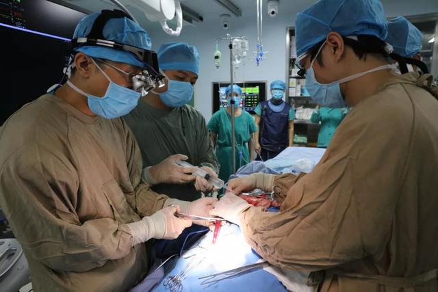 65 岁老人多条血管闭塞,心血管内科联合 ECMO 等多学科团队会诊手术