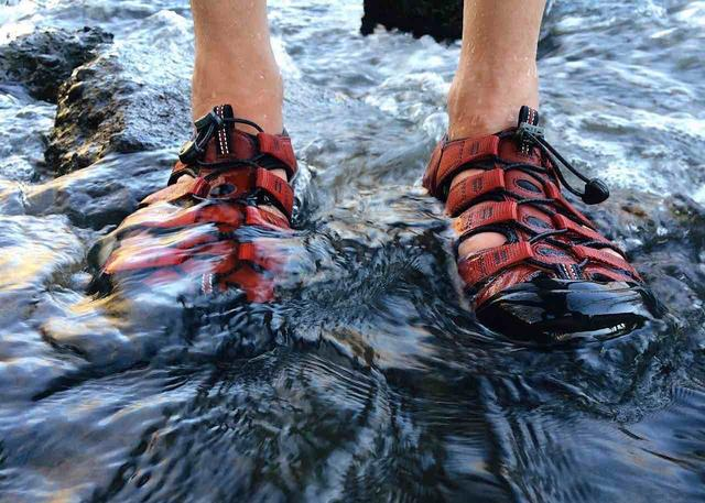 男生夏天必备穿搭的防水凉鞋,户外休闲运动风随你挑