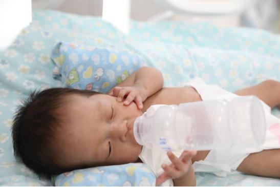 那个延迟 24 天出生、28 周极早产儿的坚强小妞妞,出院啦!