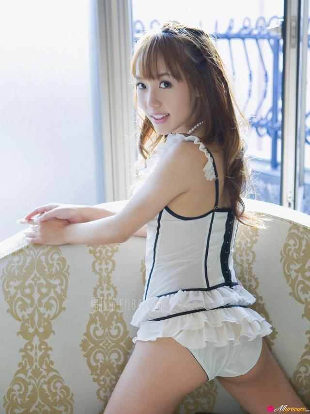 可爱女孩摆出性感姿势拍美照Nozomi