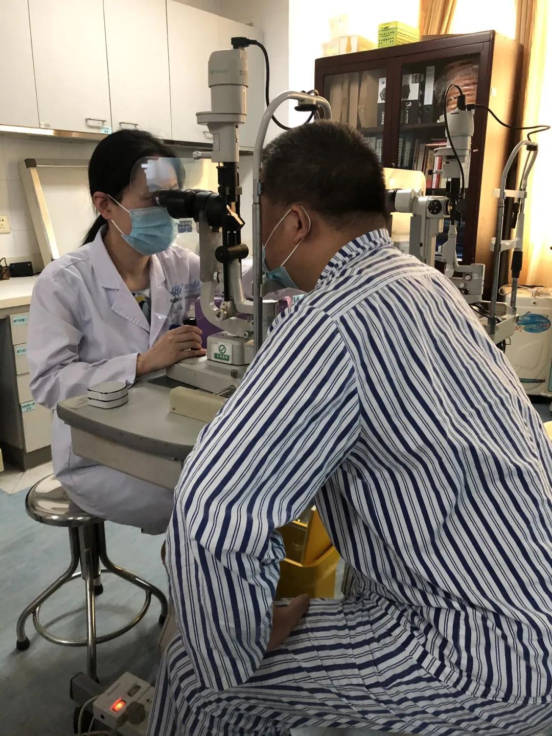 深圳市眼科医院院长张少冲顺利帮助视网膜 360 度完全脱离的患者寻回光明