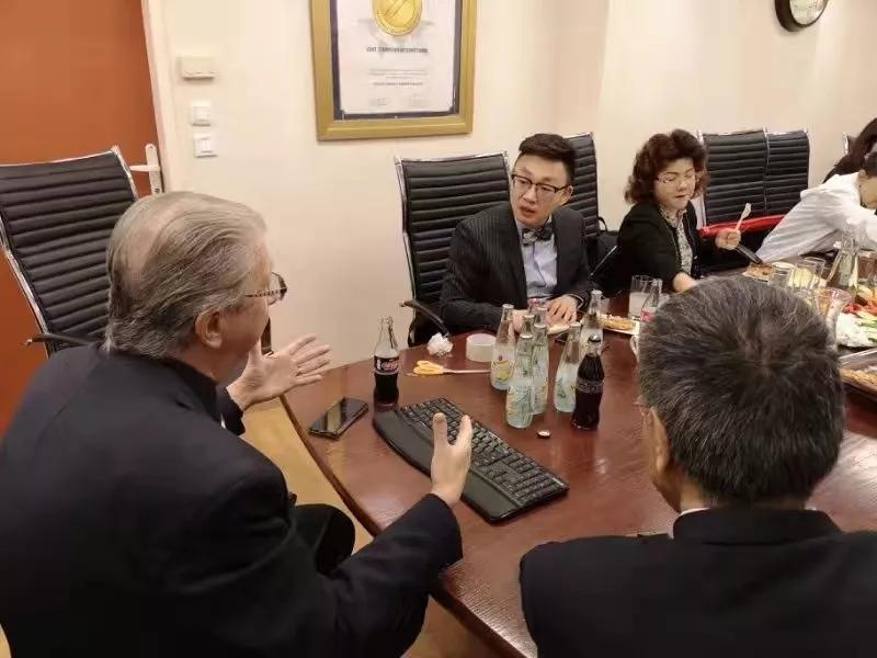 会上我院院长徐磊与Manuel Katz教授交流国际儿科发展趋势