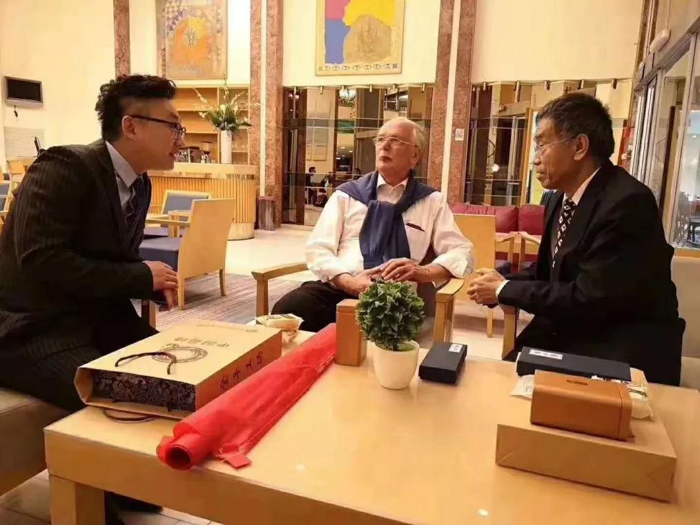 我院院长徐磊正在与欧洲儿科协会前主席,德国籍教授Enrich交流分享未来儿童健康事业的发展