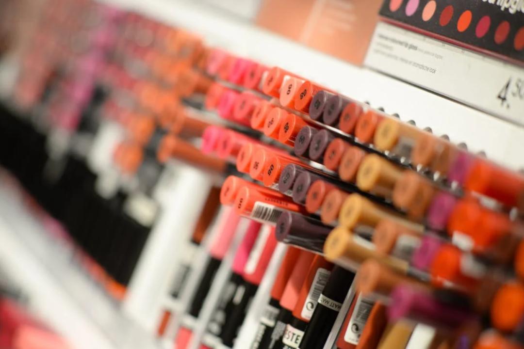 你只看到了话梅和调色师的光鲜,没看到县城美妆店的惨淡