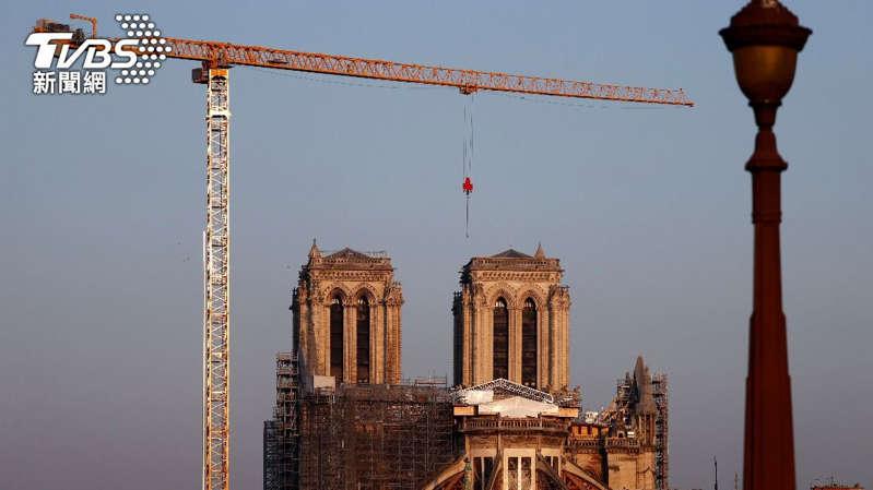 巴黎圣母院大火两年砍百年橡树重建教堂尖塔